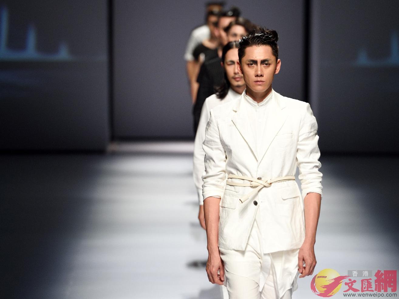 與上海、北京的時裝周不同,廣東時裝周更強調與本土產業的結合,圖為設計師品牌走秀。