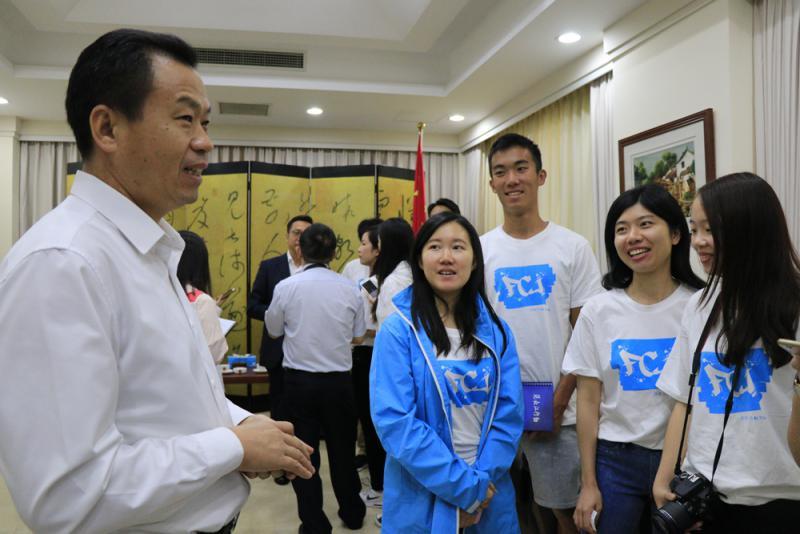 中國駐越南胡志明市總領事館經濟商務領事王正葆(左一)與學子們交流(實習記者李熙韜攝)