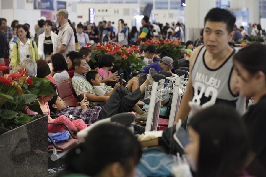 颱風「天鴿」襲港下的機場。