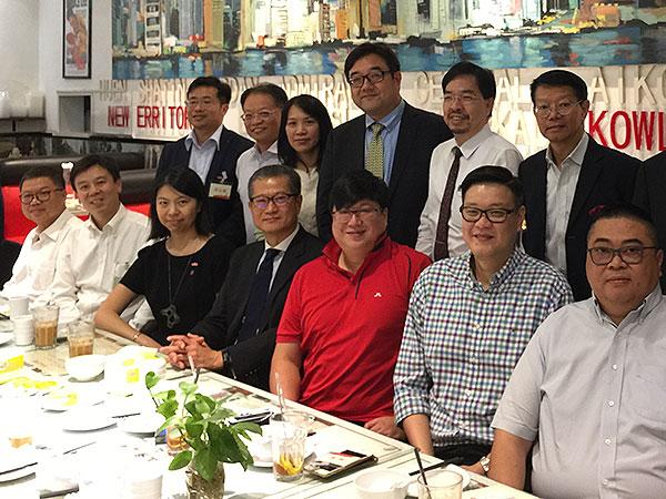 陳茂波(前排左四)與在河南經商和工作的港人會面。(政府新聞處)