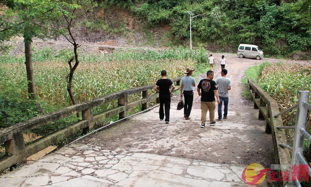 村裡原先的橋已年久失修。譚旻煦攝