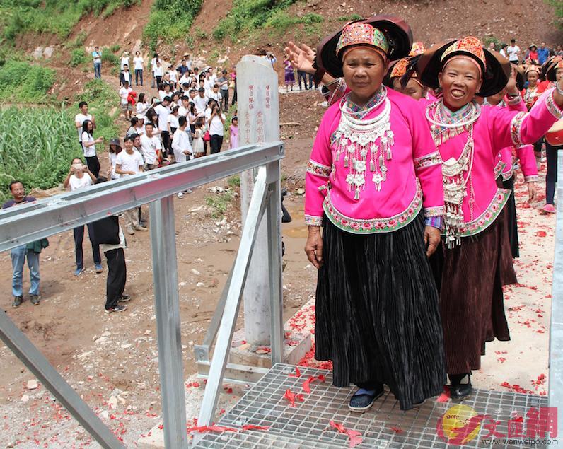 六主村的長者「踩橋」,祈求平安。譚旻煦攝