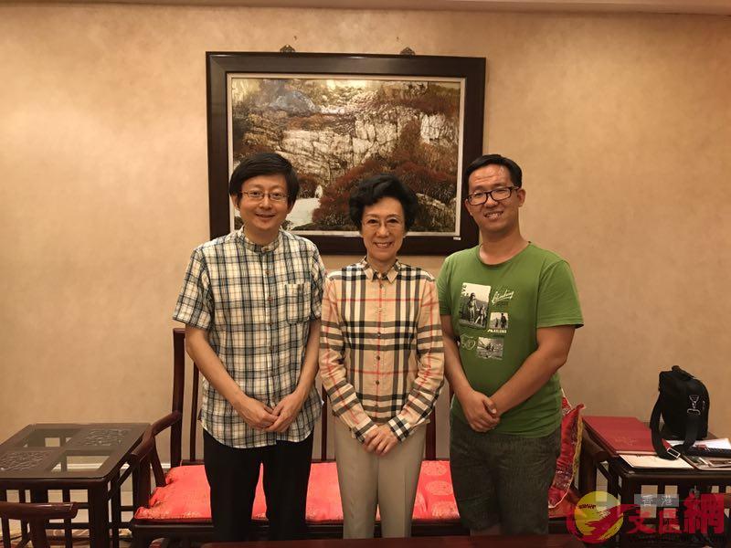全國政協委員、原新聞出版總署副署長、中國新聞文化促進會理事長李東東(中)與記者合影,紀策攝