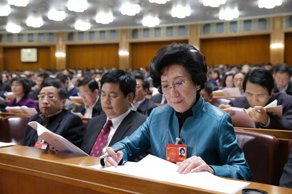 2014年3月7日,全國政協十二屆二次會議在北京人民大會堂舉行第二次全體會議,全國政協委員李東東在認真聽會,受訪者供圖