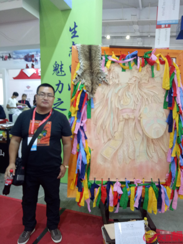 姜雲鵬和他的皮雕作品。本報記者盧冶攝