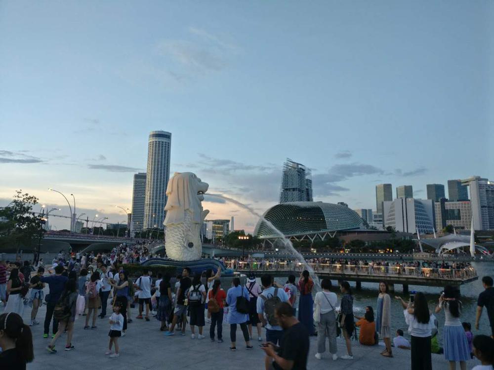 香港傳媒學子們經星馬第二通道前往新加坡,參觀新加坡地標魚尾獅(大公報)