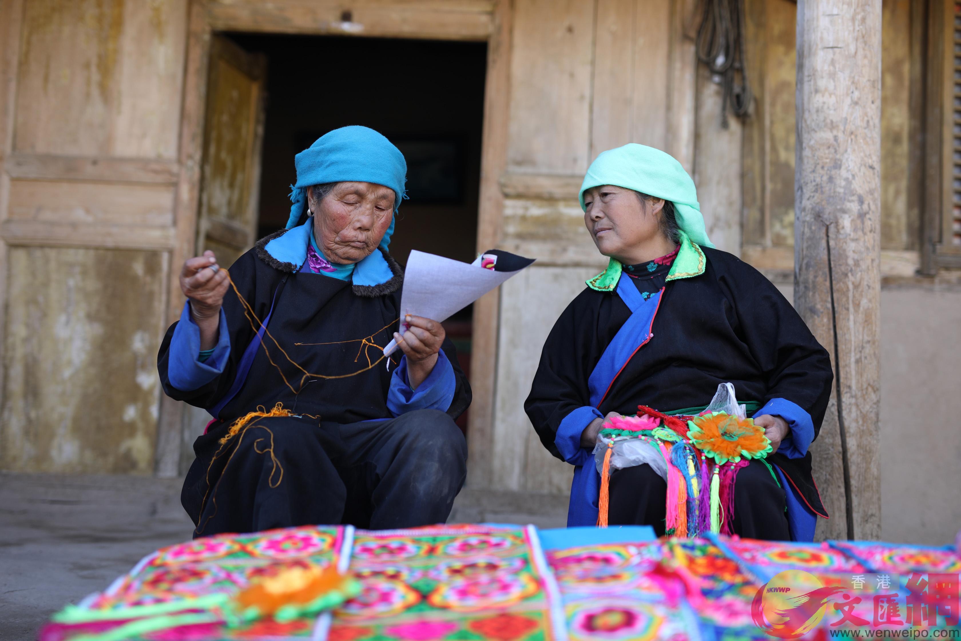 近日来自青海的土族阿妈们携手电商公益平台「唯爱工坊」,推出「土族