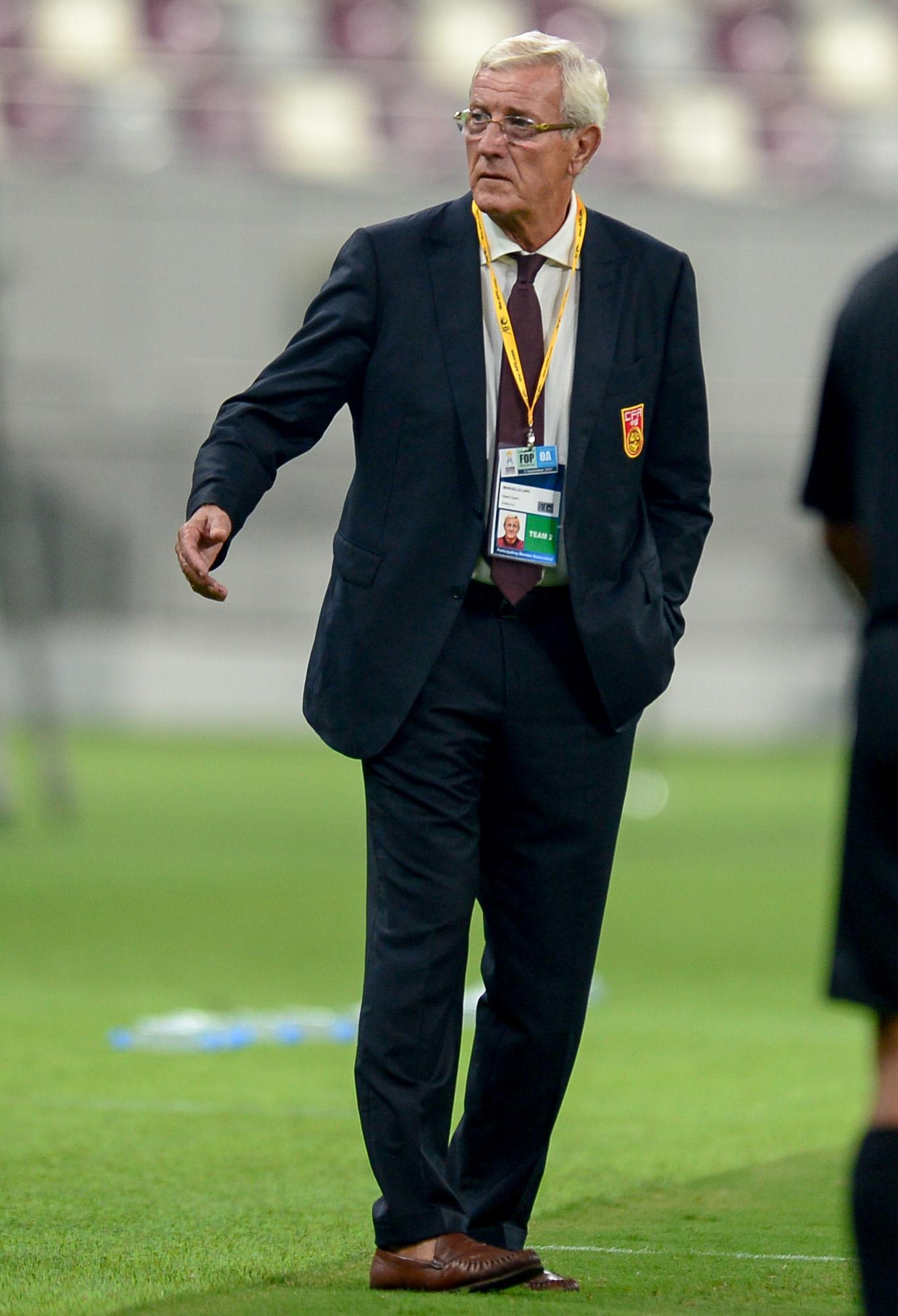 中國隊主教練里皮在場邊觀戰。(新華社)