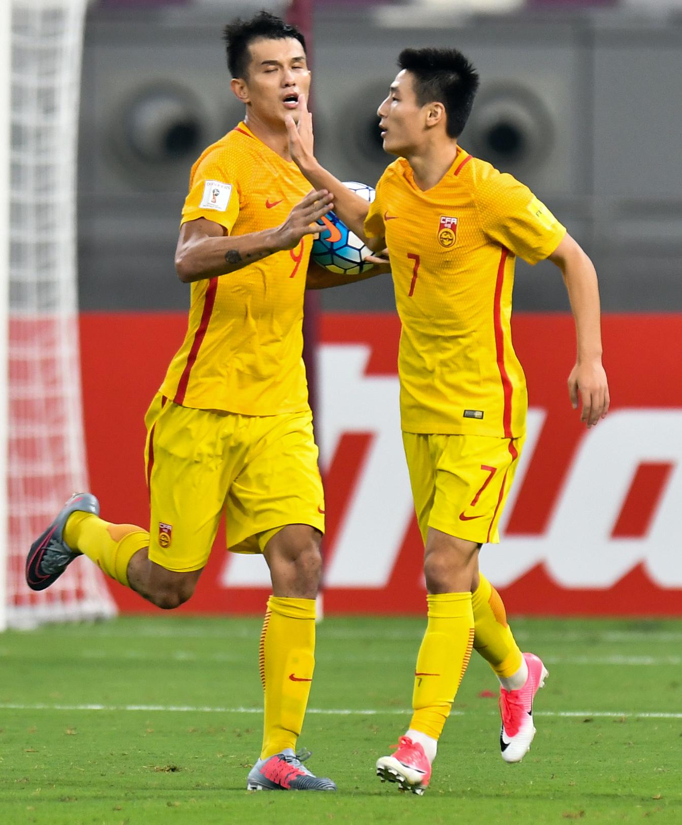 中國隊球員武磊(右)進球後與隊友肖智慶祝。(新華社)
