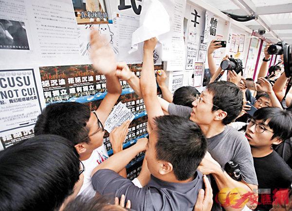 ■中大「民主牆」前,反「獨」及煽「獨」雙方發生爭執。香港文匯報記者劉國權攝