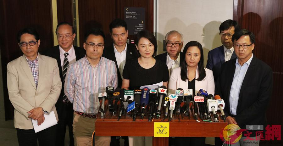 多名參與聯署的建制派立法會議員11日見記者大公報記者林少權攝