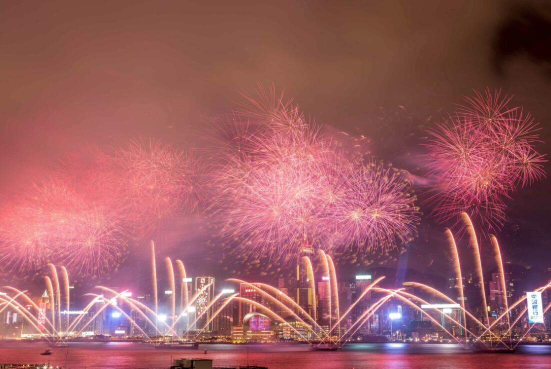 7月1日晚,為慶祝香港回歸祖國20周年,香港維多利亞港舉行煙花匯演,燃放39888枚煙花。