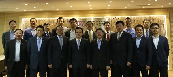 譚鐵牛(前排左四)與香港測量師學會理事會及分組代表合影(中聯辦)