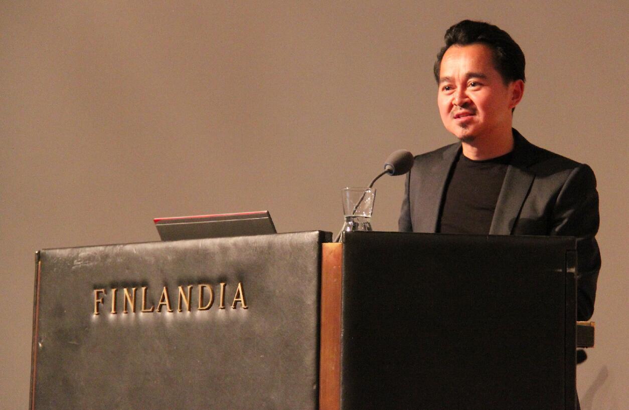 9月12日芬蘭赫爾辛基,中國建築師張軻在獲獎後致辭(圖:新華社)