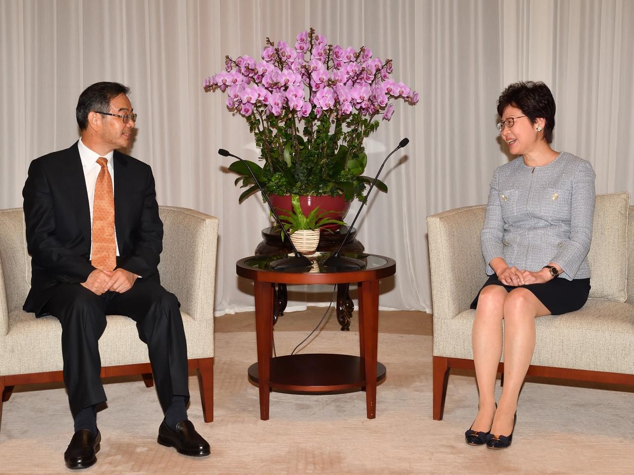 林鄭月娥(右)與國家首席大法官、最高人民法院院長周強(左)會面。(政府新聞處)