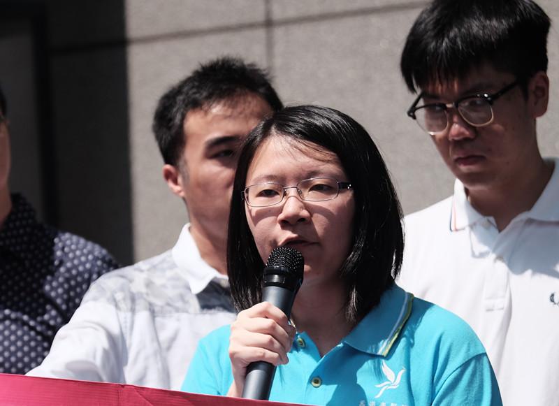 香港青年學界反「港獨」召集人、香港青賢智匯主席謝曉虹接受媒體訪問。