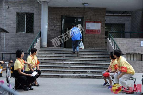 朝陽群眾在薛蠻子嫖娼案子的樓門口監控。法制晚報圖