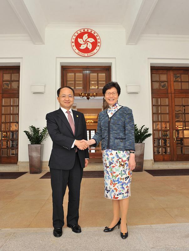 林鄭月娥行政長官在禮賓府門口迎接王志民主任(中央政府駐港聯絡辦)。