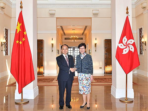林鄭月娥(右)與新任中聯辦主任王志民會面(香港政府新聞處)。