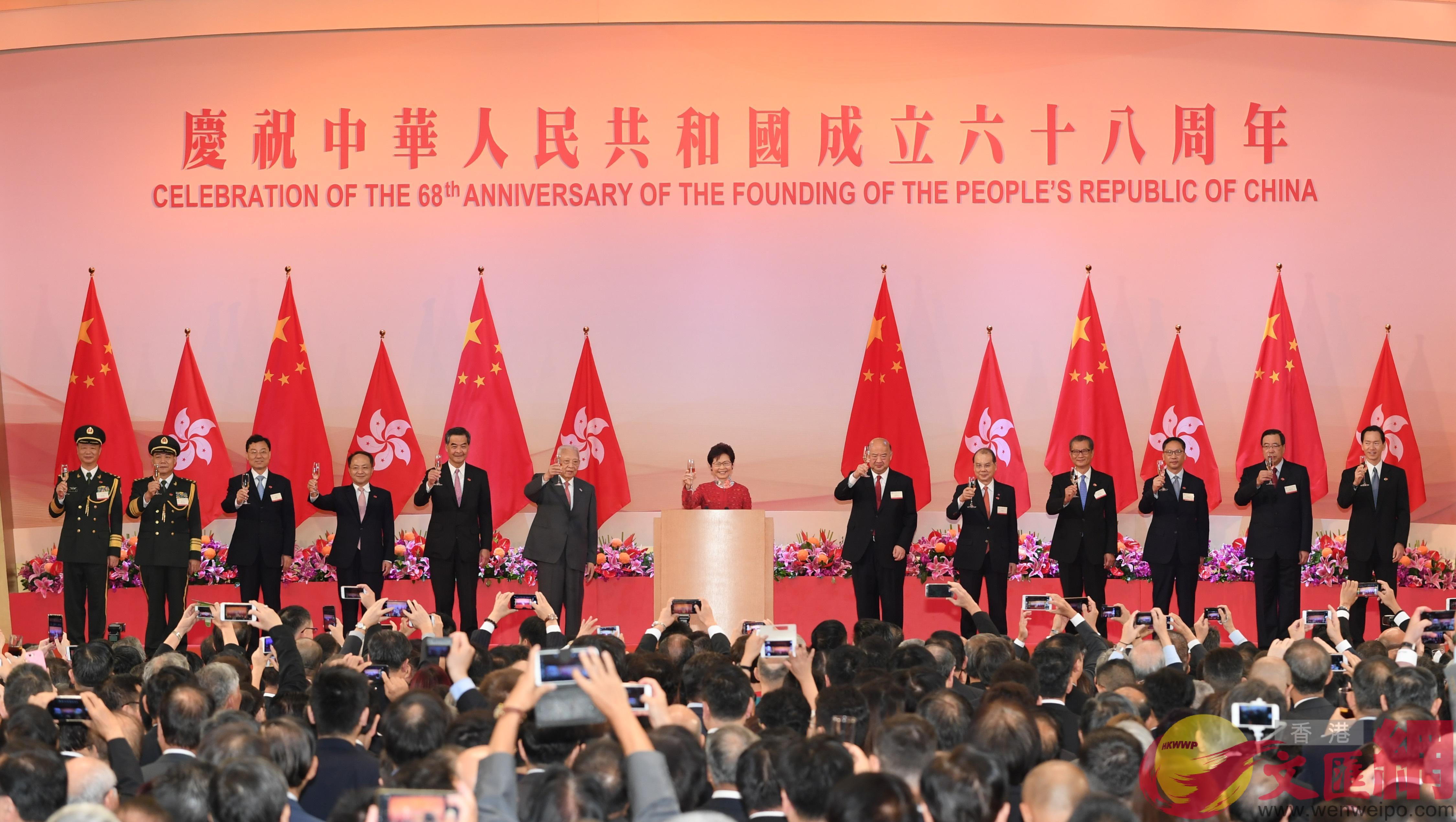 董建華(左六)、梁振英(左五)、林鄭月娥(左七)、王志民(左四)、謝鋒(左三)、譚本宏(左二)、岳世鑫(左一)和政府高層官員在酒會上祝酒