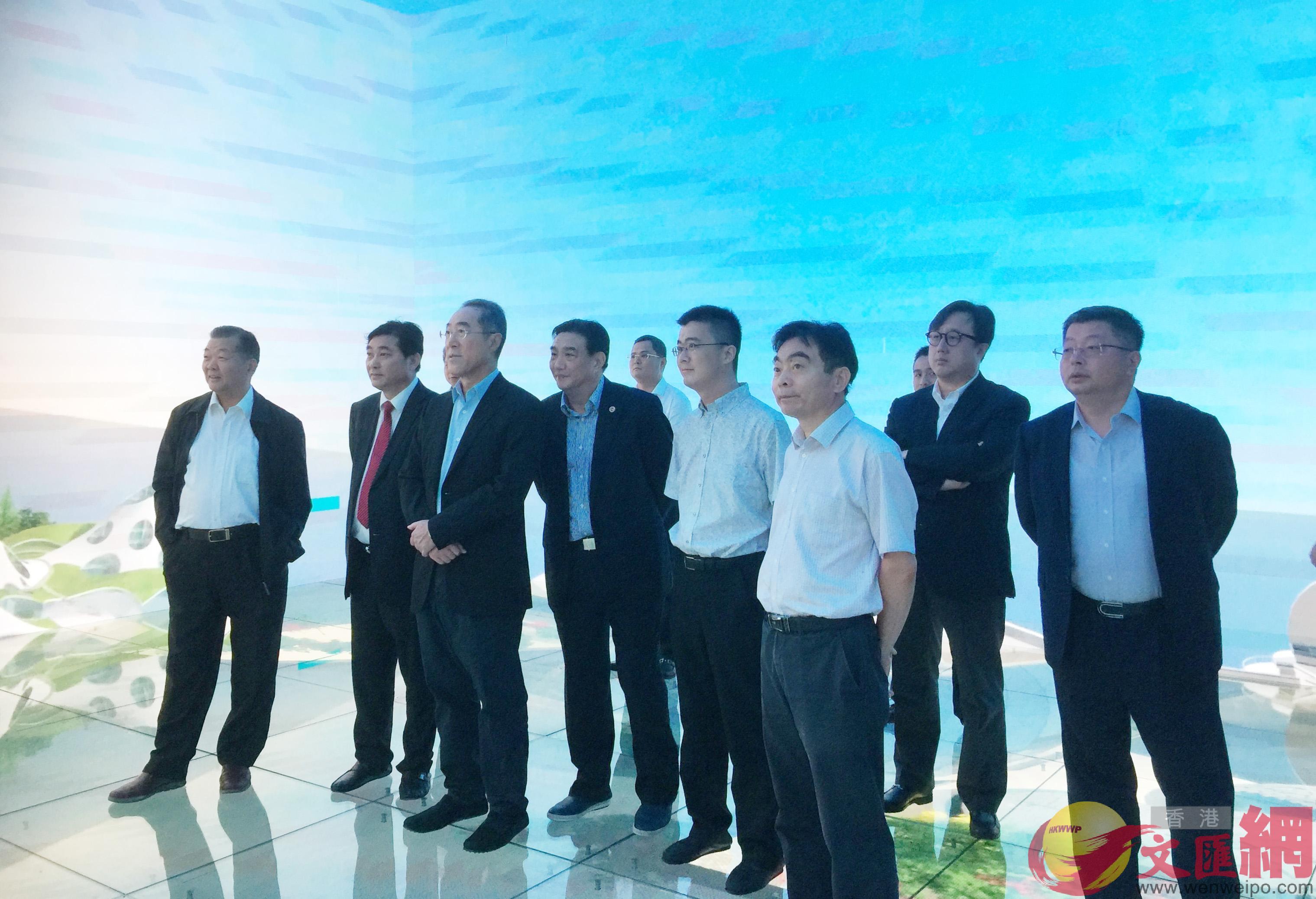 唐英年在江陰市祝塘鎮中國碳谷科技集團參觀考察