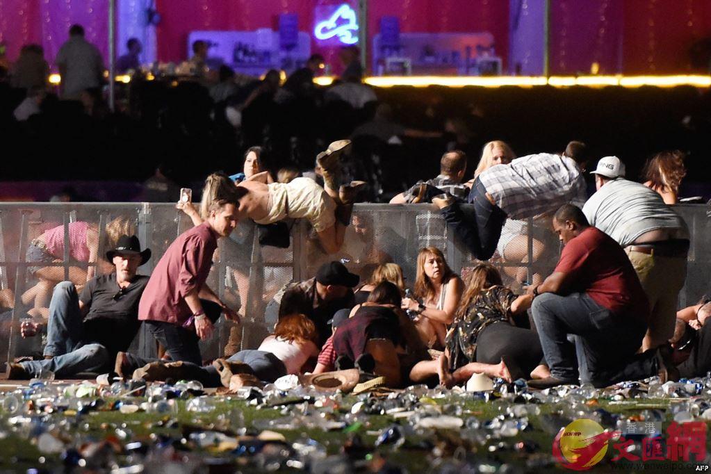 賭城槍擊案現場,人們在慌亂中試圖逃離現場尋找掩護(法新社)
