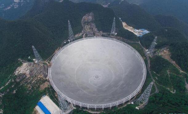 資料圖:2016年9月7日,已經完成反射面板安裝的FAST矗立在群山中。來源:新華社