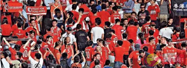 港隊昨晚主場迎戰馬來西亞,在奏唱國歌時,有球迷背向球場,不斷「噓國歌」,更有人高舉「港獨」旗幟,行徑囂張(記者林良堅攝)