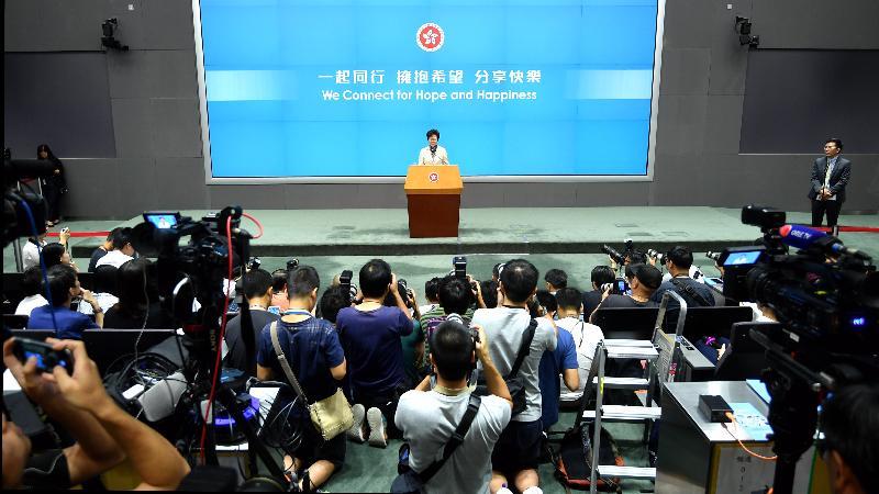 行政長官林鄭月娥今日下午在添馬政府總部舉行《行政長官2017年施政報告》記者會。