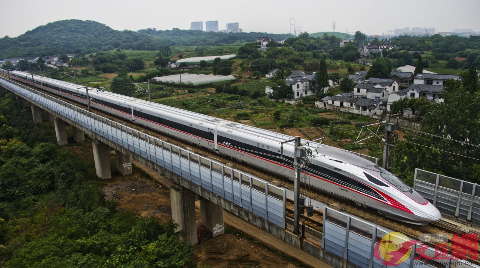 2017年6月26日,具有完全自主知識產權的中國標準動車組「復興號」動車行駛在京滬高鐵江蘇鎮江段。