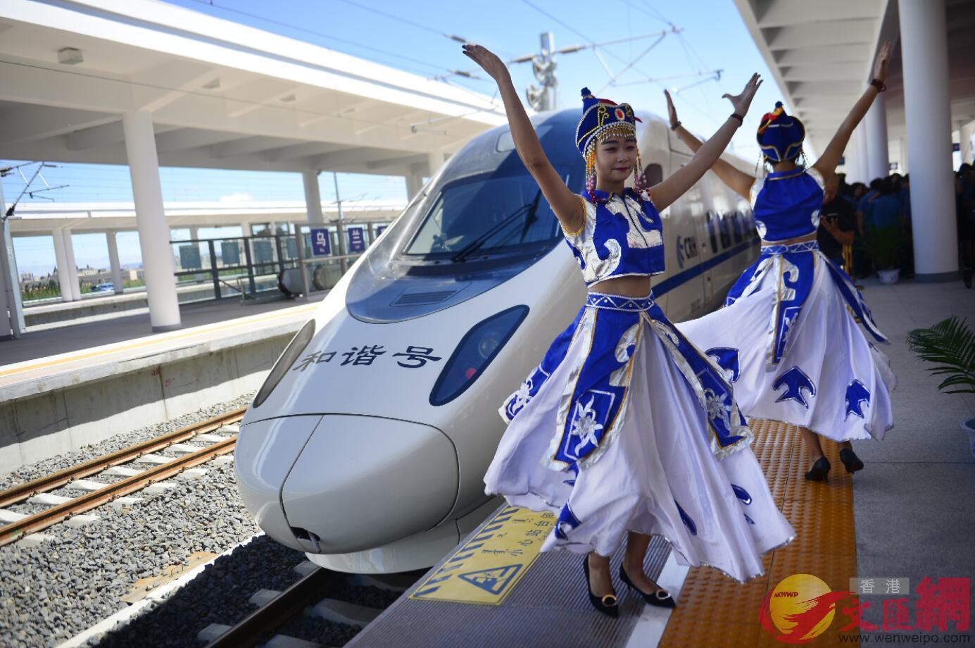 2017年8月3日,內蒙古首開高鐵,蒙古族姑娘在站台起舞。