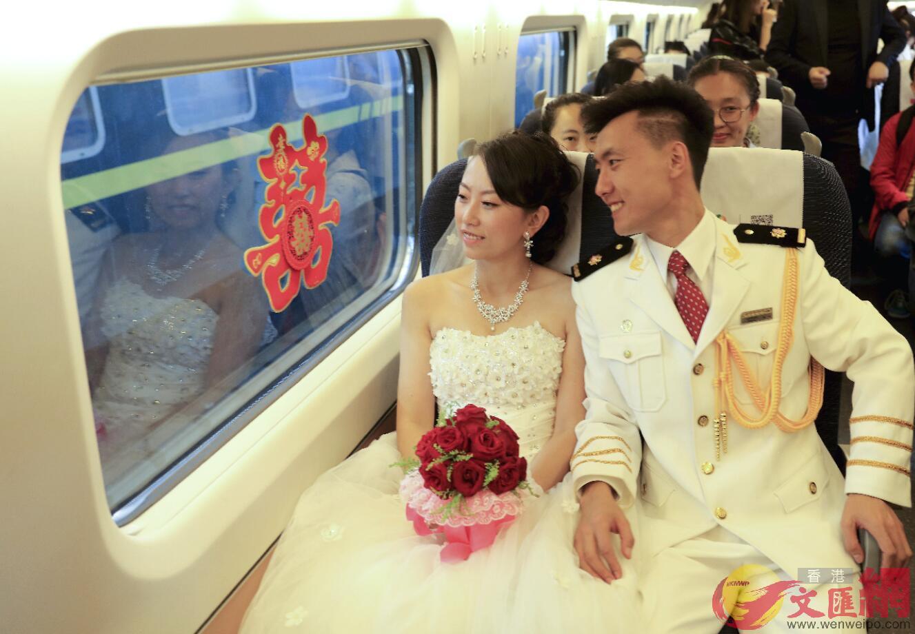 2017年9月9日,在哈爾濱西站,一對因高鐵結緣的異地新婚夫婦登上高鐵「婚車」,開啟他們的「雙城」婚姻。