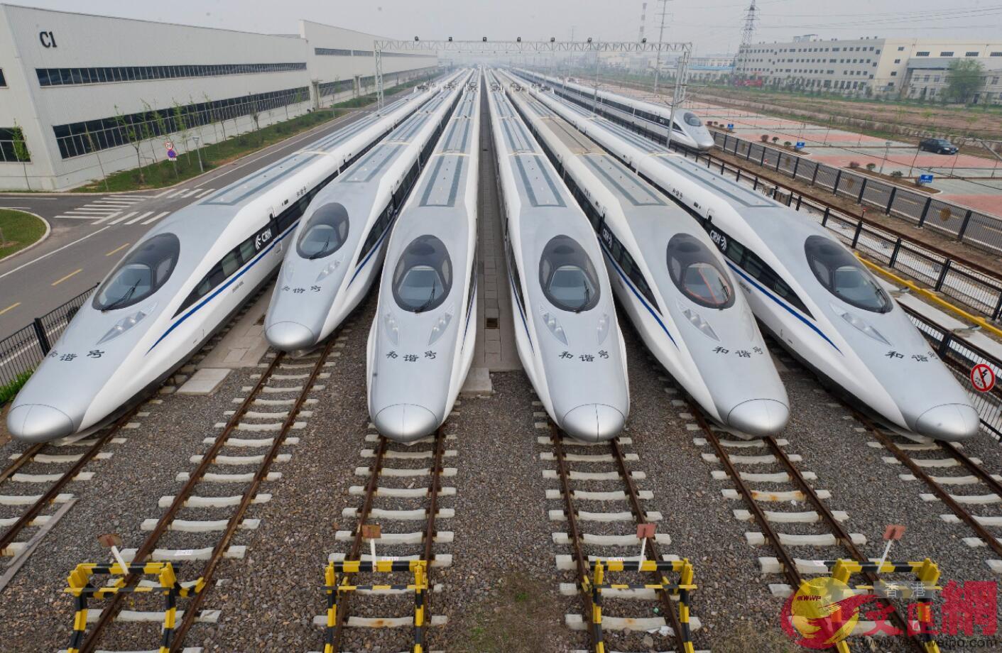 2014年春運前,青島製造的高速動車組準備出廠投入運營。