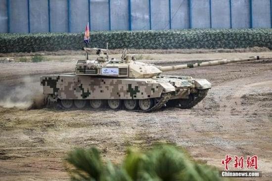 在2016年第十一屆珠海航展地面裝備動態展示期間,一輛國產VT-4主戰坦克在進行地面裝備動態演示。