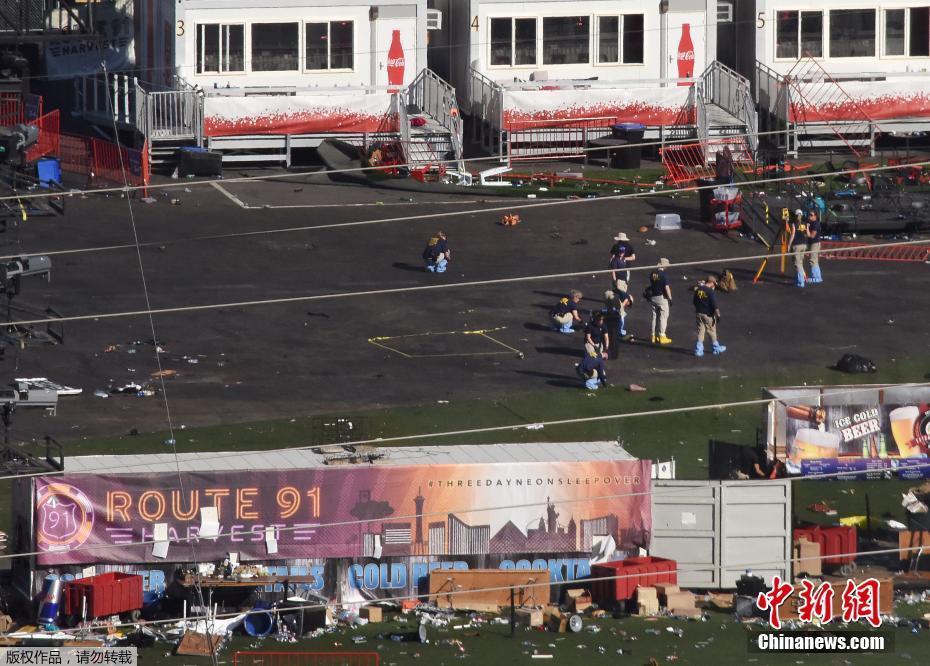 當地時間2017年10月4日,美國拉斯維加斯,聯邦調查局調查員封鎖事發現場,持續調查拉斯維加斯槍擊案。槍擊事件發生後,現場一片狼藉。(圖片來源:中新網)