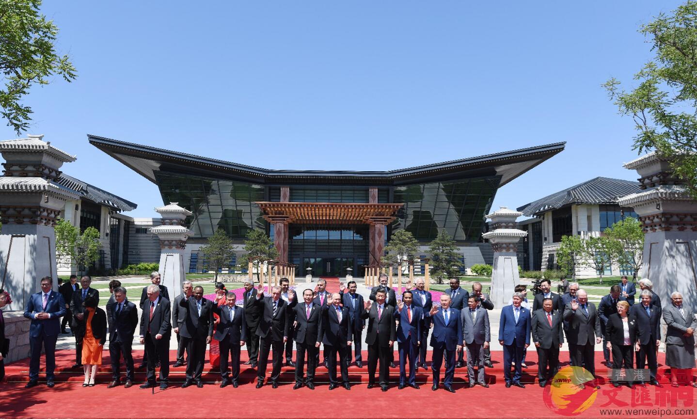2017年5月15日,「一帶一路」國際合作高峰論壇在北京雁棲湖國際會議中心舉行圓桌峰會,中國國家主席習近平同與會領導人和國際組織負責人集體合影。
