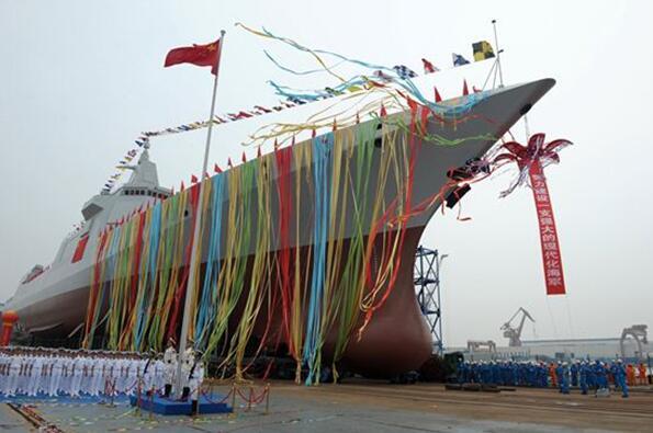 6月28日上午,中國海軍新型驅逐艦首艦下水儀式在上海江南造船(集團)有限責任公司舉行。該型艦是中國完全自主研製的新型萬噸級驅逐艦,先後突破了大型艦艇總體設計、信息集成、總裝建造等一系列關鍵技術,是中國海軍實現戰略轉型發展的標誌性戰艦。新華社資料圖