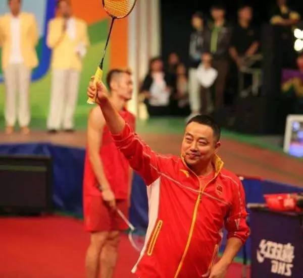 """台湾网友的一句玩笑话""""张继科后面那个胖子是官员吗,全场好像就他不懂球"""",直接把刘国梁推上了""""网红""""�珖y。"""