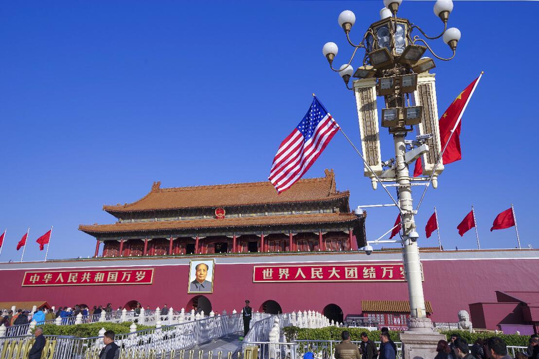 11月8日,北京天安門前懸掛起中美兩國國旗。美國總統特朗普8日開始訪華(中新社)