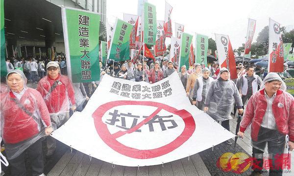 ■市民用遊行來表達對議會無理拉布的反感。 資料圖片
