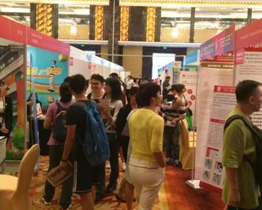 中國近年舉辦的國際教育展覽,美國展位前人頭攢動(資料圖片)