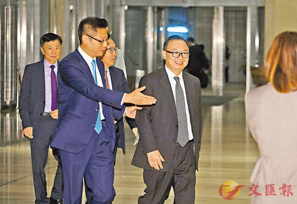 「建制派班長」廖長江(右一)、財委會主席陳健波(右二)等離開。香港文匯報記者劉國權攝