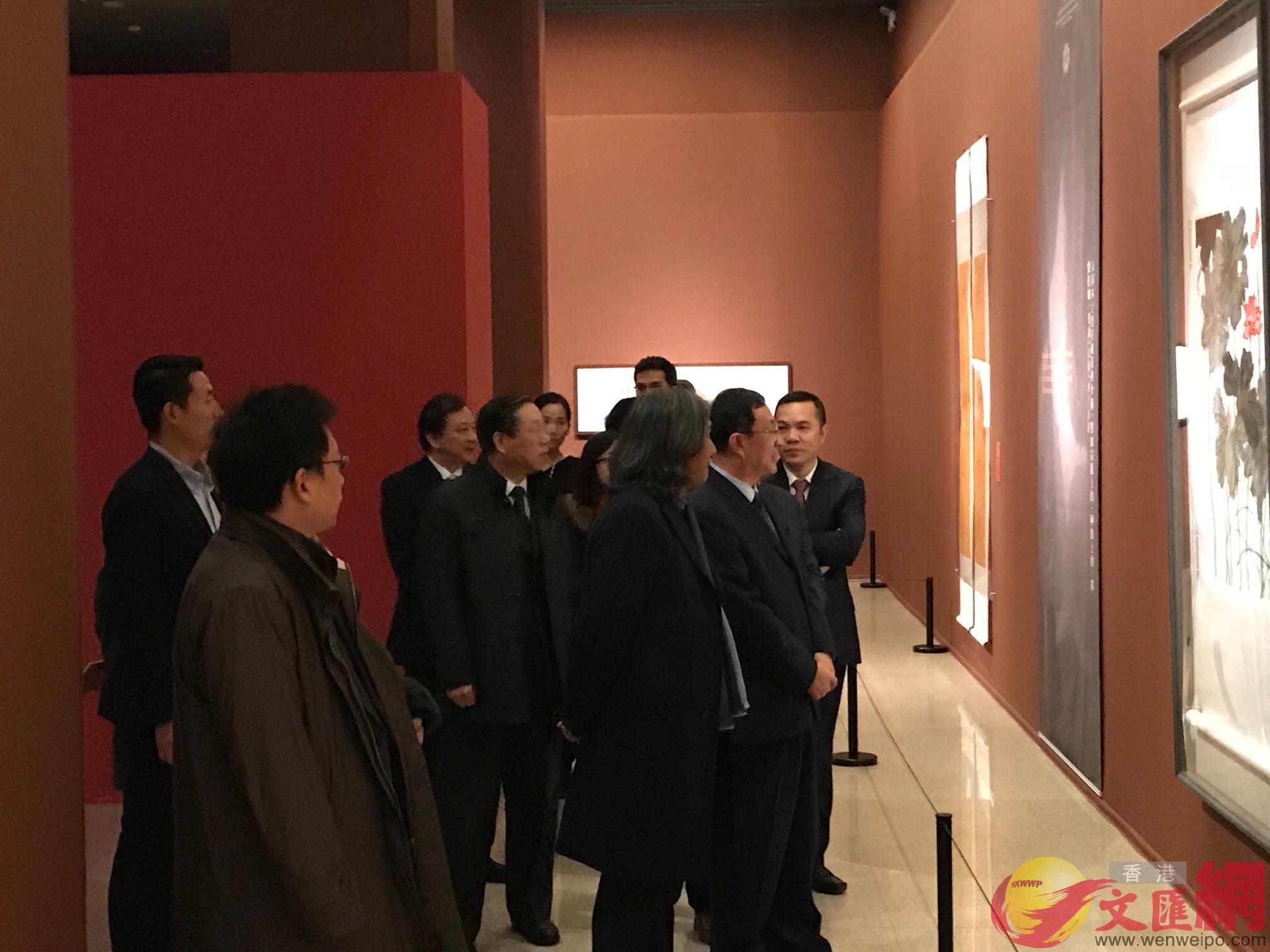 雒樹剛等領導參觀展覽