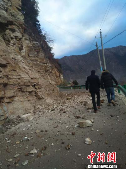 達林村附近道路通行情況受落石影響(中新網)