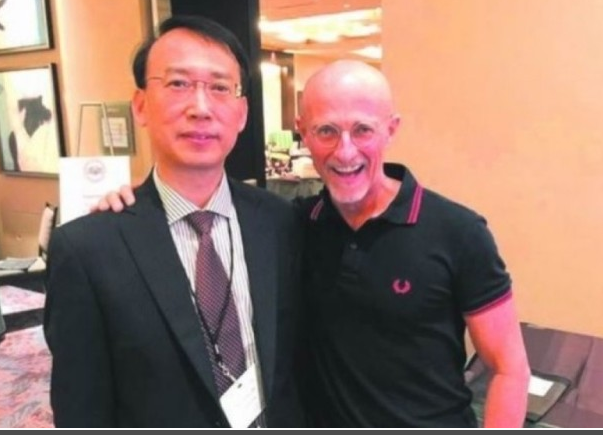 任曉平(左)證實與卡納韋羅(右)合作,在人類屍體上進行的換頭手術實驗成功(網絡圖片)