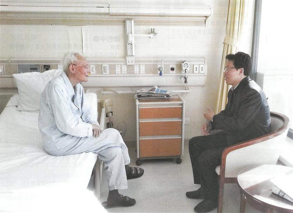 2015年1月16日,時任香港中聯辦主任張曉明看望魯平先生