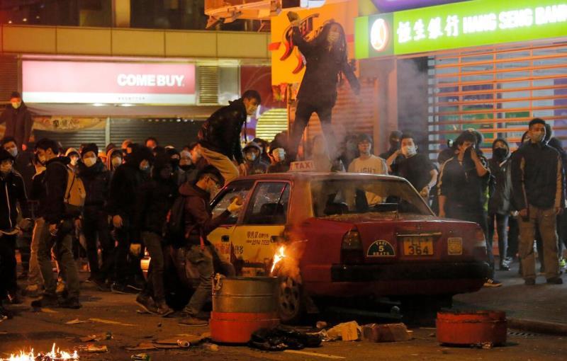 「旺角暴亂」中,暴徒放火燒的士及投擲磚塊(資料圖片)