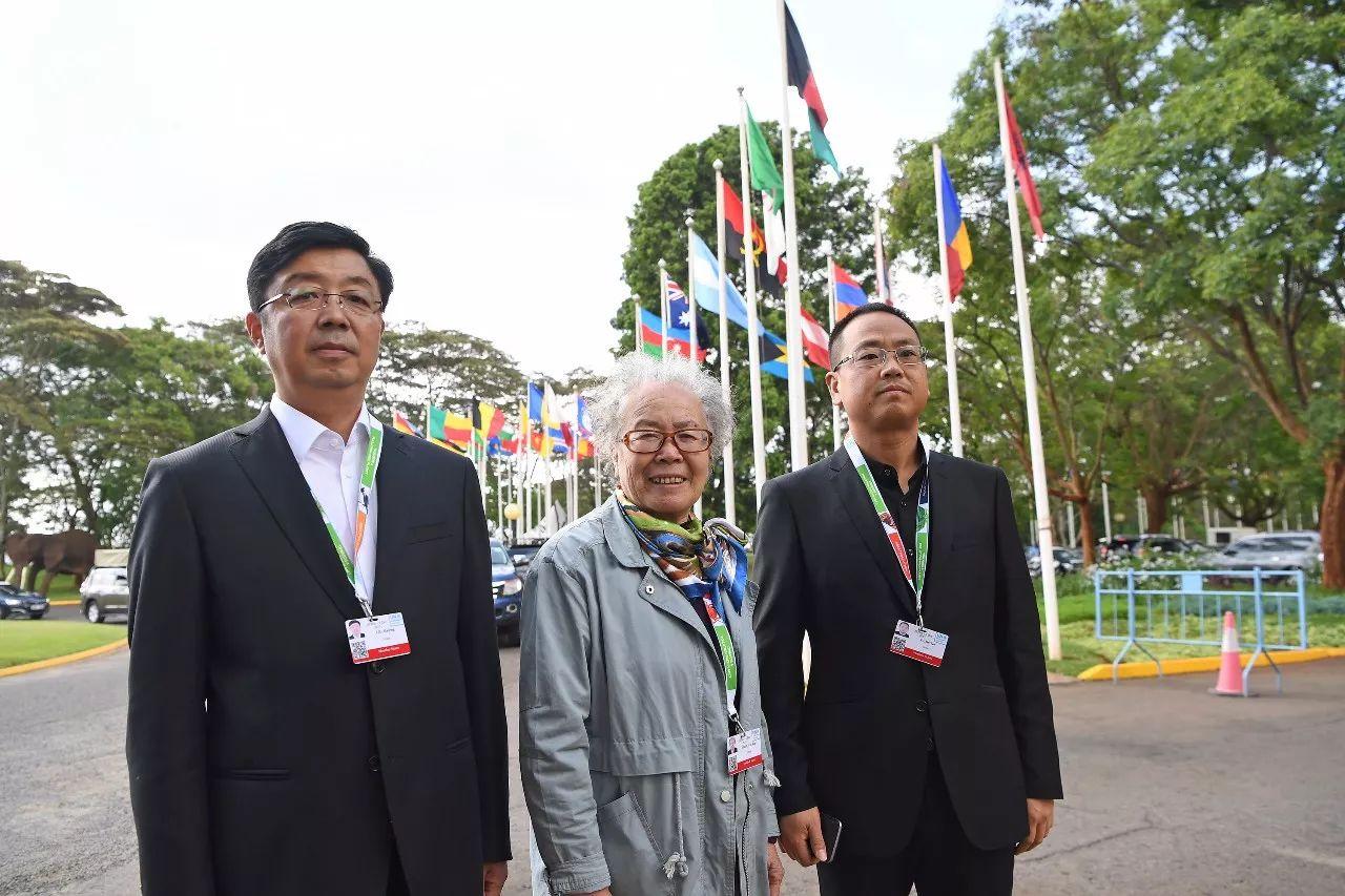 12月5日在肯尼亞內羅畢聯合國環境規劃署總部拍攝的塞罕壩林場老中青三代陳彥嫻(中)、劉海瑩(左)、於士濤的合影。