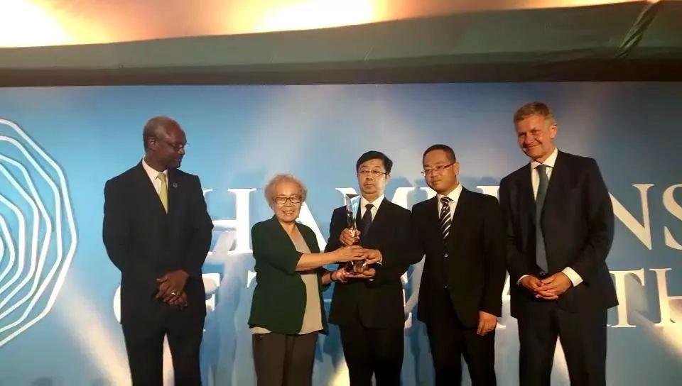 索爾海姆(右)向中國塞罕壩建設者代表們頒獎。