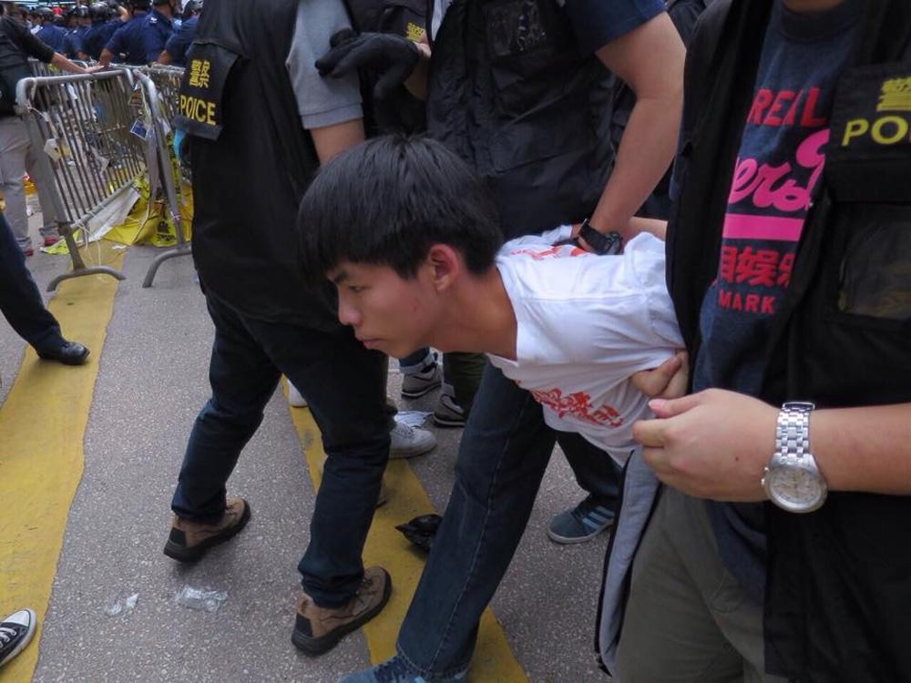 「佔旺」清場時黃之鋒拒絕合作,被警員押走(資料圖片)